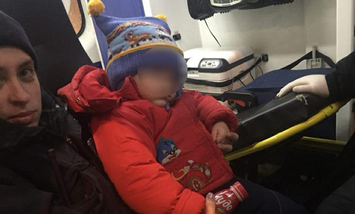 На Подоле семья алкоголиков оставила трехлетнего ребенка в беде