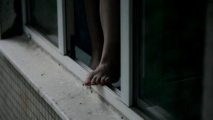 Ребенок выпал из окна многоэтажки, пока бабушка ходила по делам