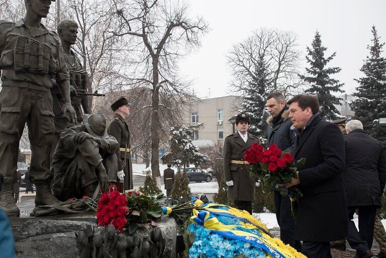 Кличко возложил цветы к памятнику воинам-интернационалистам в Киеве