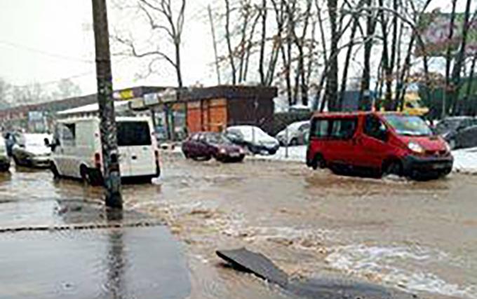 """В Киеве из-за прорыва трубопровода подтопило """"Метро"""""""