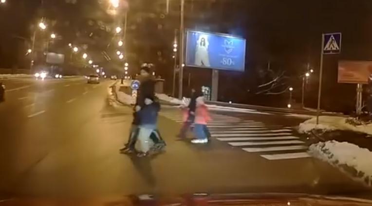 В Киеве две женщины с детьми решили рискнуть перейти шесть полос