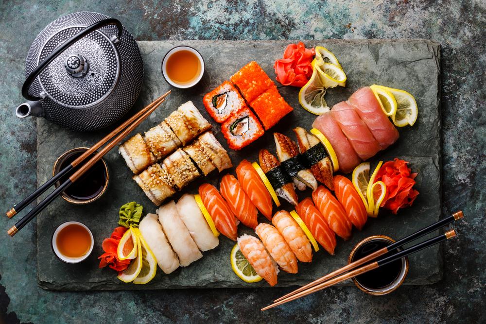 В Киеве пять человек отравились суши в ресторане