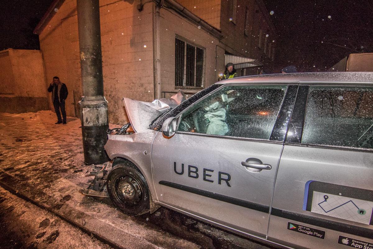 """Водитель такси """"Uber"""" уснул за рулем и врезался в столб"""