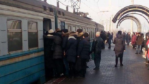 """В """"Киевпастрансе"""" объяснили, почему жителям Троещины пришлось """"душиться"""" в электричке"""