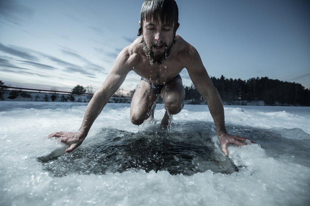 Два подростка решили искупаться в ледяной проруби под Киевом