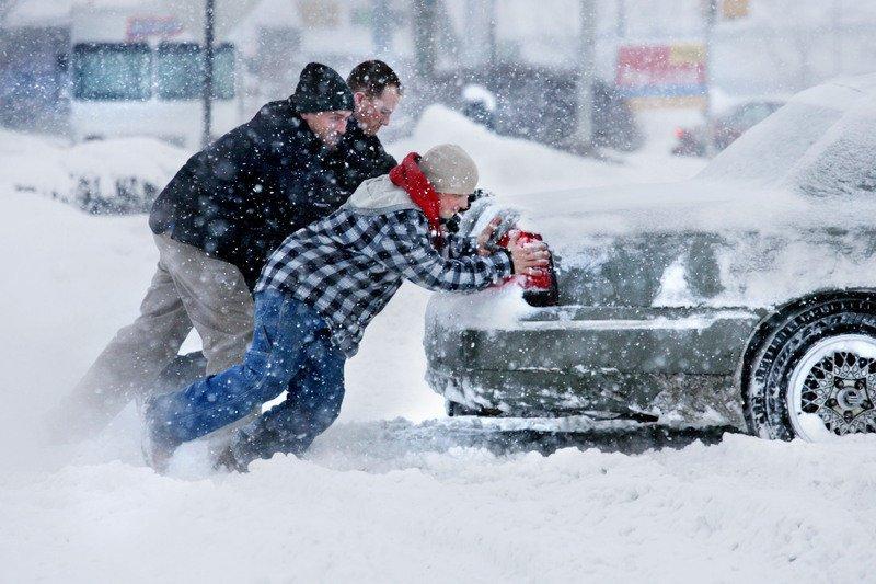 В Киеве 40 машин застряли в снежных заносах