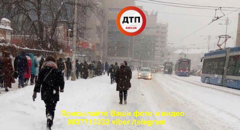 Снегопад в Киеве высадил пассажиров трамвая