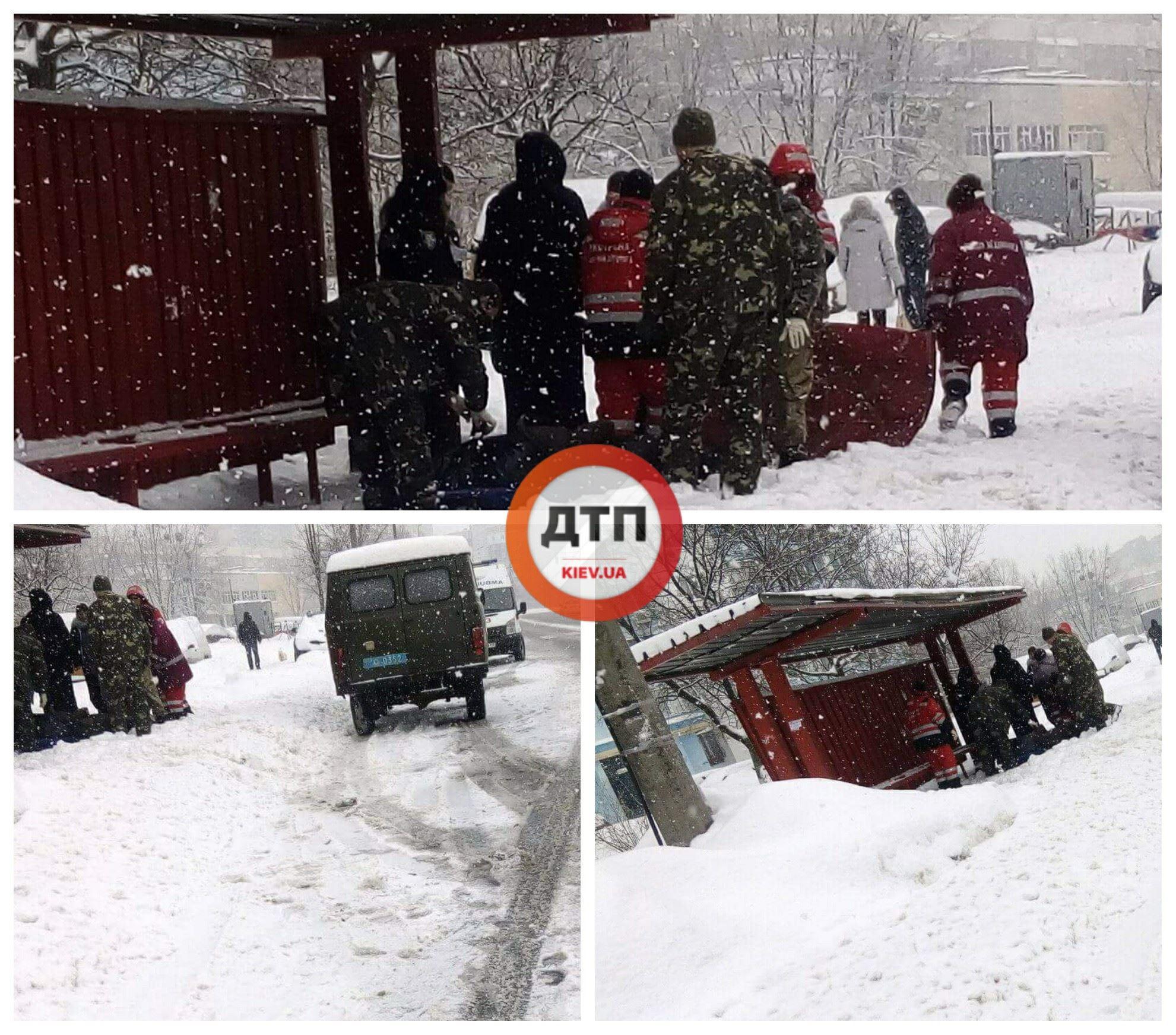 На улице Райдужная в Киеве двух людей