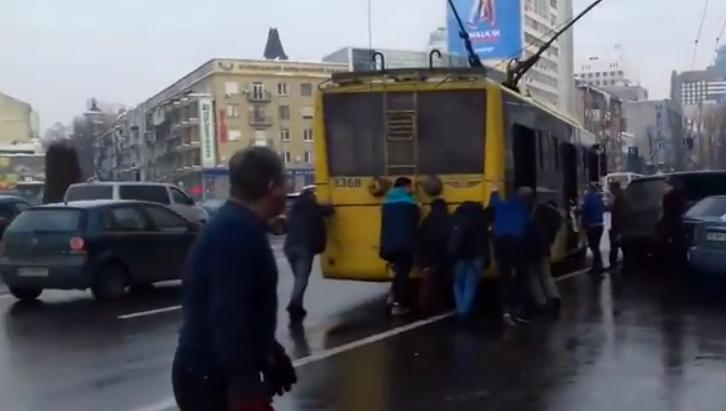"""В Киеве из-за """"героя парковки"""" пассажирам пришлось толкать троллейбус"""