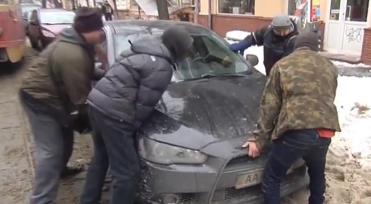 """Стало известно, почему в Киеве водители становятся """"героями парковок"""""""