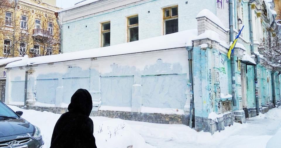 """Киевские коммунальщики закрасили на доме """"произведение искусства"""""""