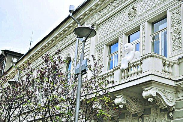 В центре Киева снежная глыба оторвала голову Ангелу