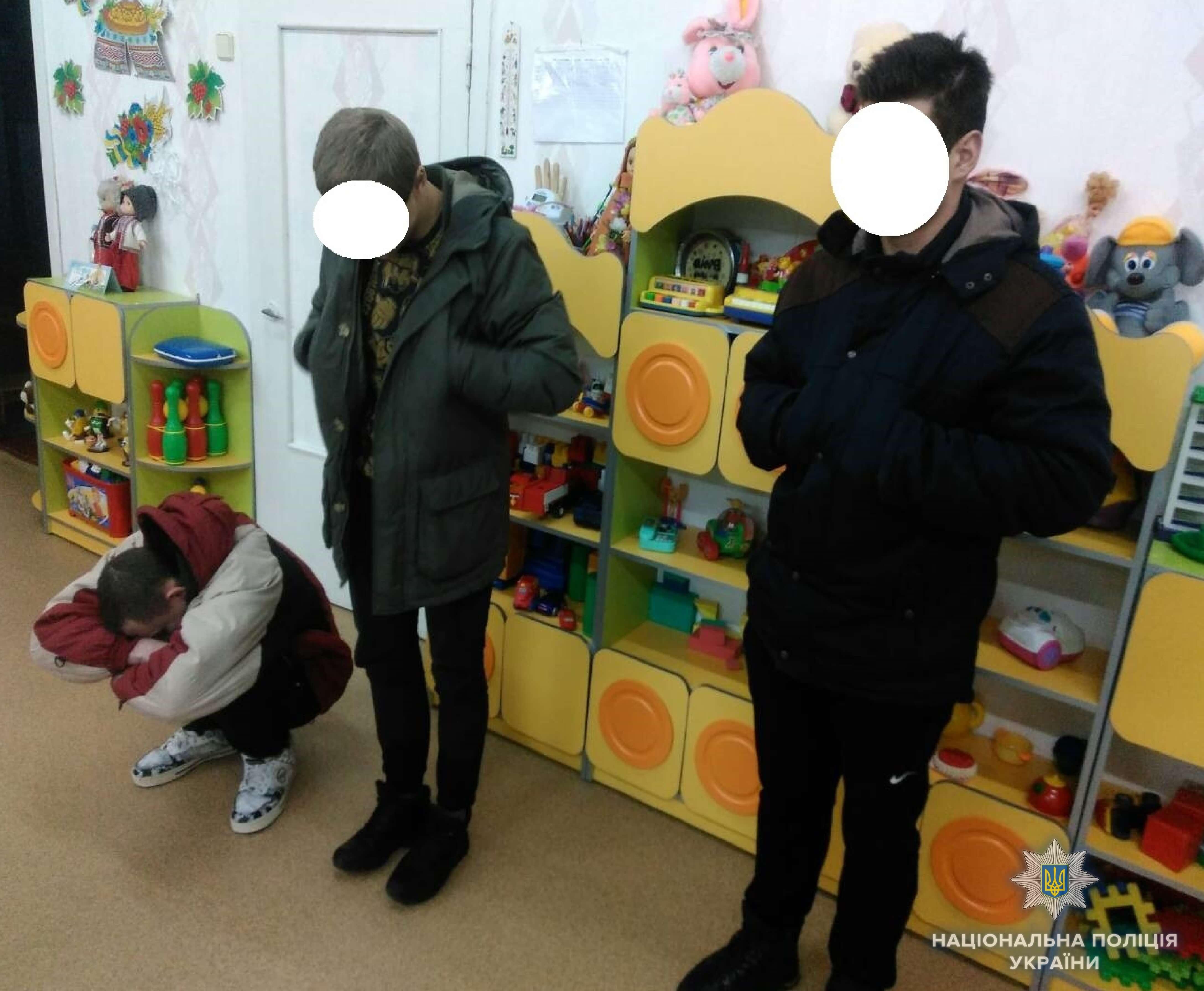 Трое молодых парней решили погреться под музыку, ограбив детсад