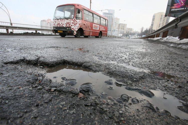 Ямы на дорогах Киева после снегопада - непобедимое явление