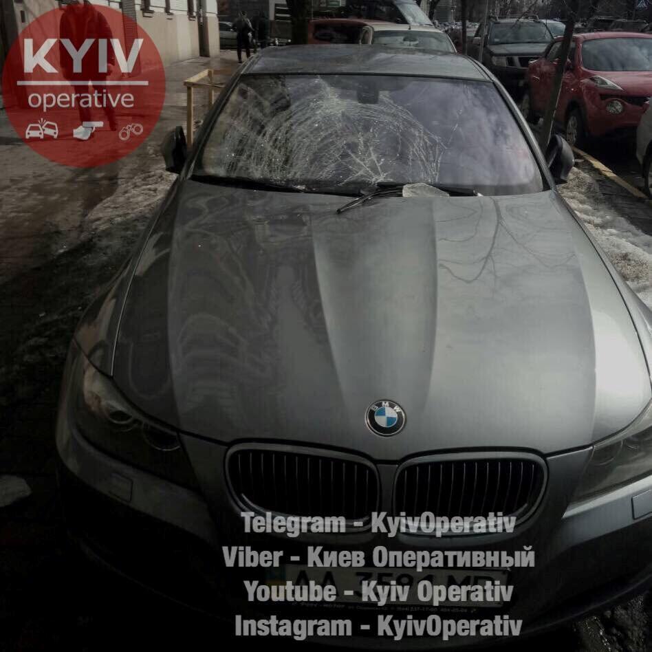 """В центре Киева глыба льда повыбивала стекла у """"БМВ"""""""
