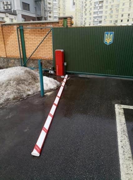 Злоумышленник сломал шлагбаум во дворе Департамента полиции