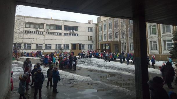 """Из киевской школы из-за чей-то """"зловонной шутки"""" эвакуировали учеников"""
