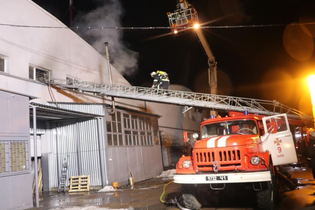 На ул. Туполева в Киеве два часа тушили пожар на складах