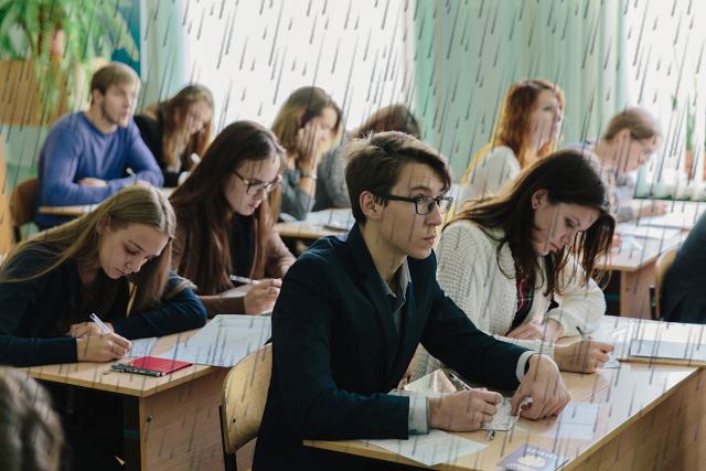 Киевских школьников во время учебы заливает дождевой водой