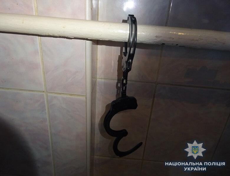 Киевлянин удерживал квартиранта в комнате, пристегнутым наручниками к батарее