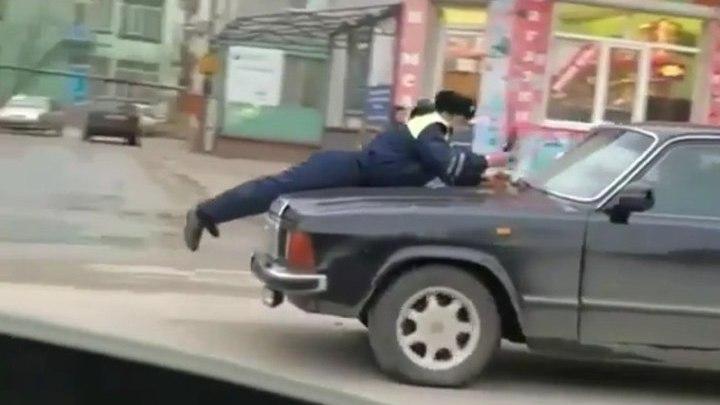 """Киевлянин прокатил патрульного на капоте авто после """"операции"""" с деньгами"""