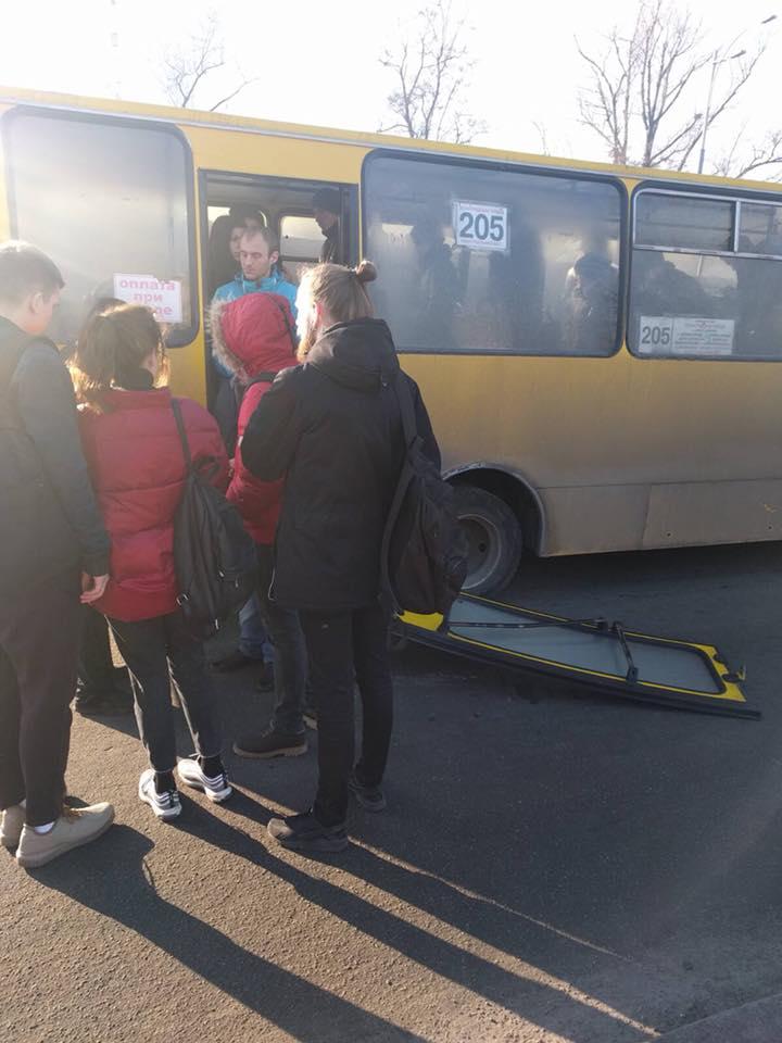 В Киеве пассажиры сломали в маршрутке заднюю дверь