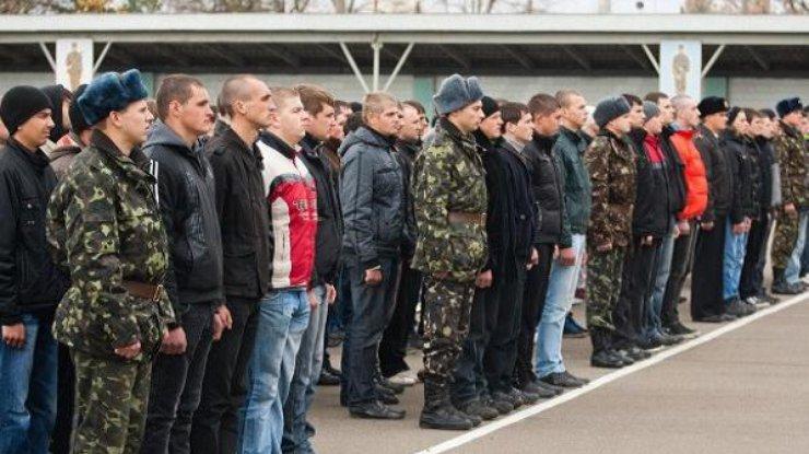 Молодым киевлянам начали разносить повестки в армию