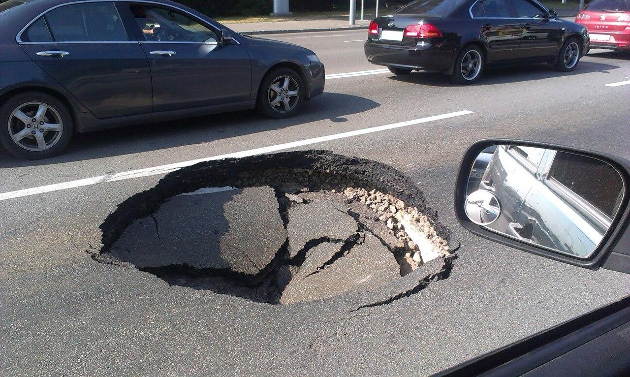 Власти Киева назвали причину, по которой ломается асфальт на дорогах
