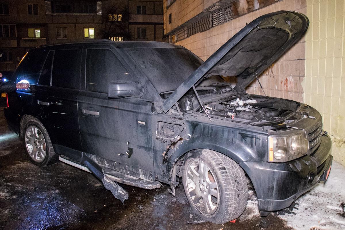 В Киеве неизвестные подожгли и подорвали элитный автомобиль