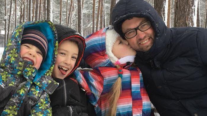 В Киеве у отца на парковке украли 8-летнюю дочь