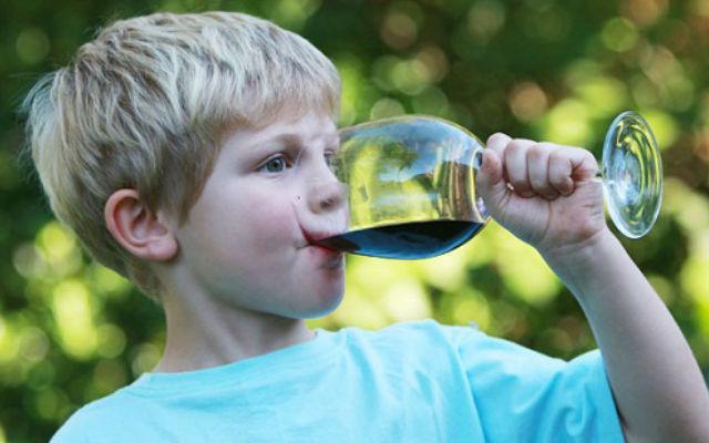 В Киевсовете решили запретить торговлю и употребление алкоголя в детских комнатах