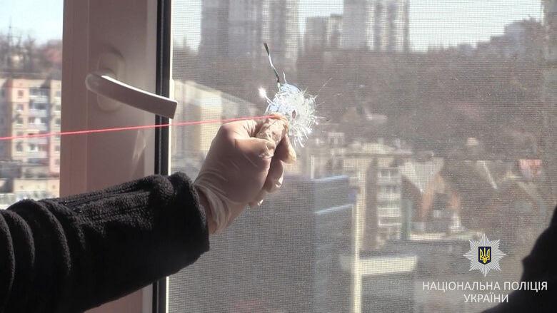 На Соломенке мужчина решил пострелять по окнам жилых домов