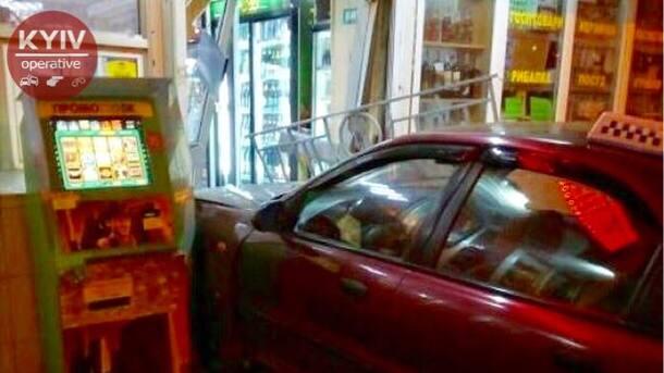 """В Киеве водитель-такси на авто """"запрыгнул"""" в магазин"""