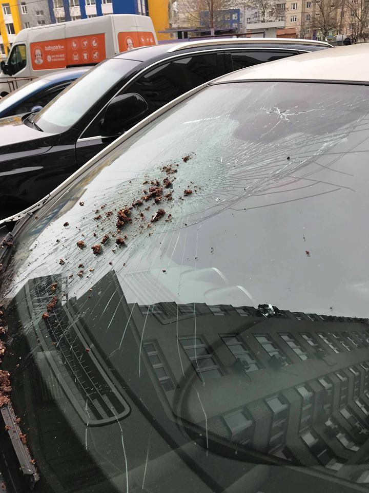 "На Позняках ""Пражский"" торт разбил лобовое стекло автомобиля"