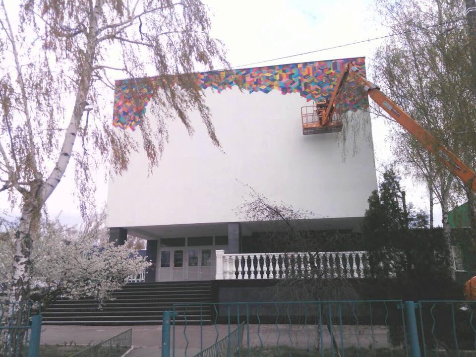 В Бортничах возле школы обокрали художника, пока он работал