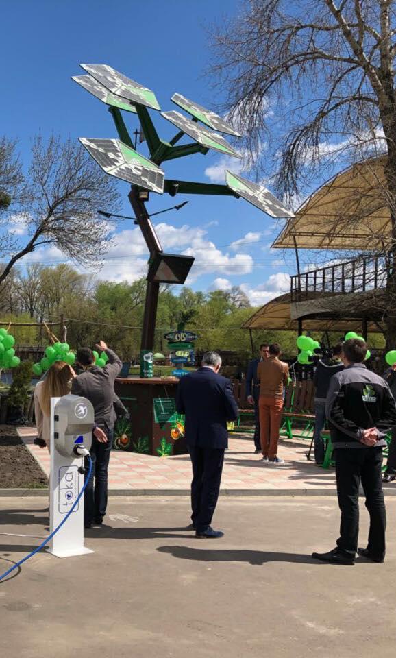 """В киевском парке появилось """"дерево-заряжалочка"""""""