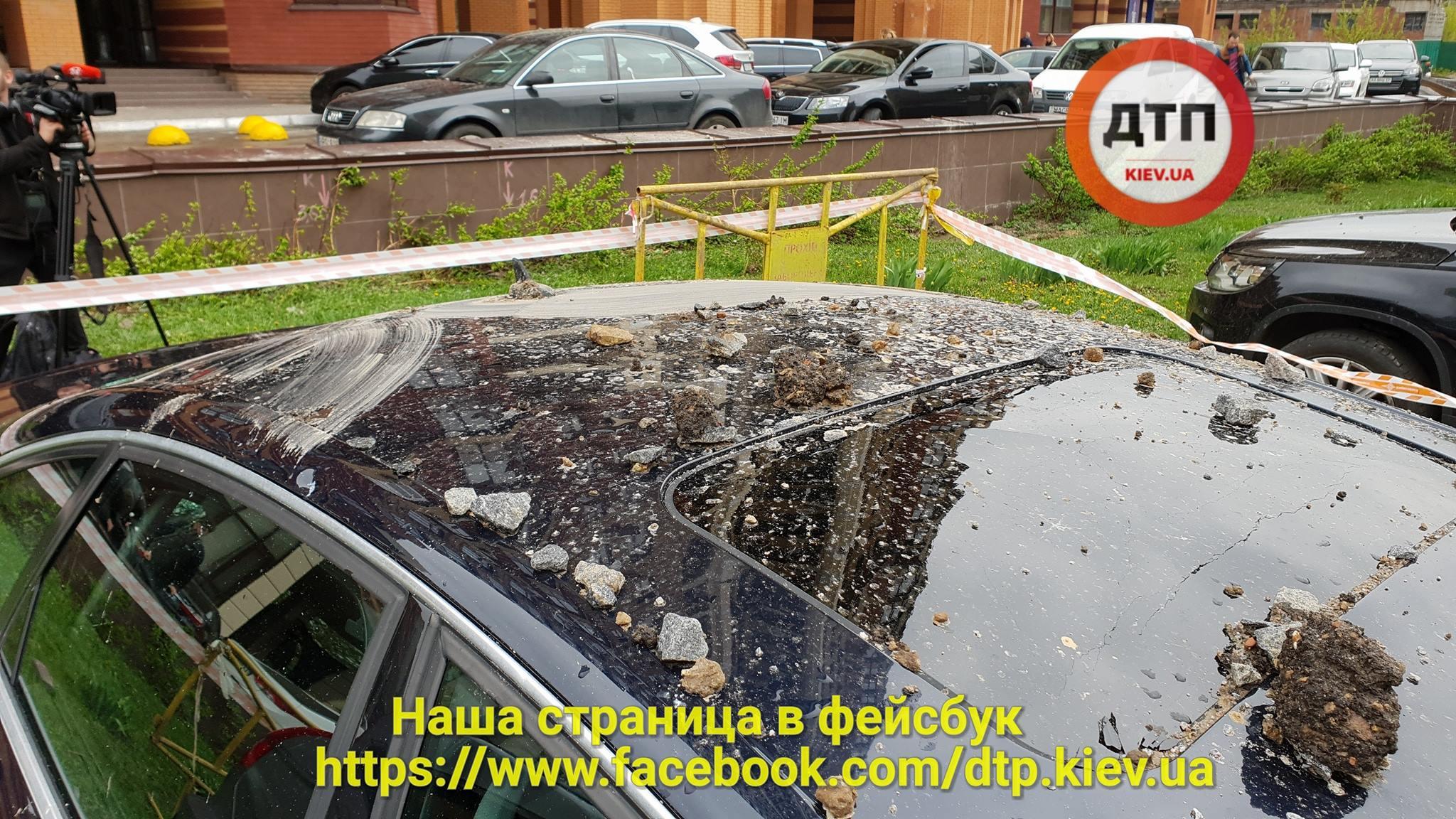Опасный фонтан в Киеве: сильно повреждены несколько машин