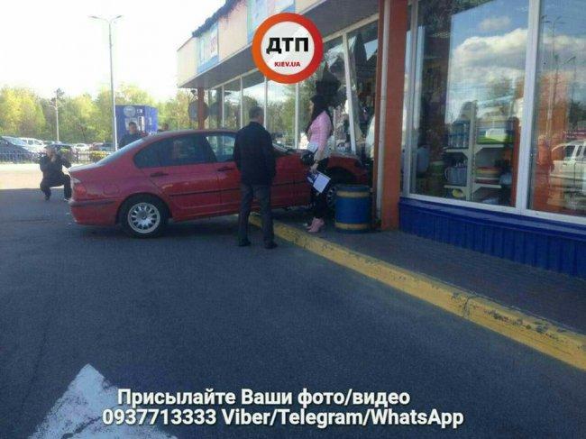 ДТП в Киеве: девушка на каблуках не смогла во время затормозить