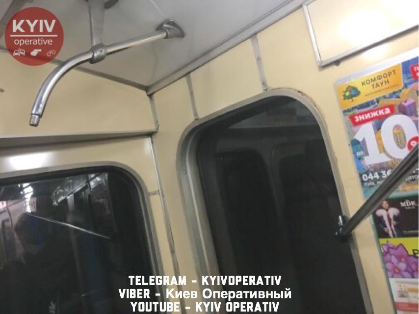 Поручень в вагоне метро едва не травмировал женщину