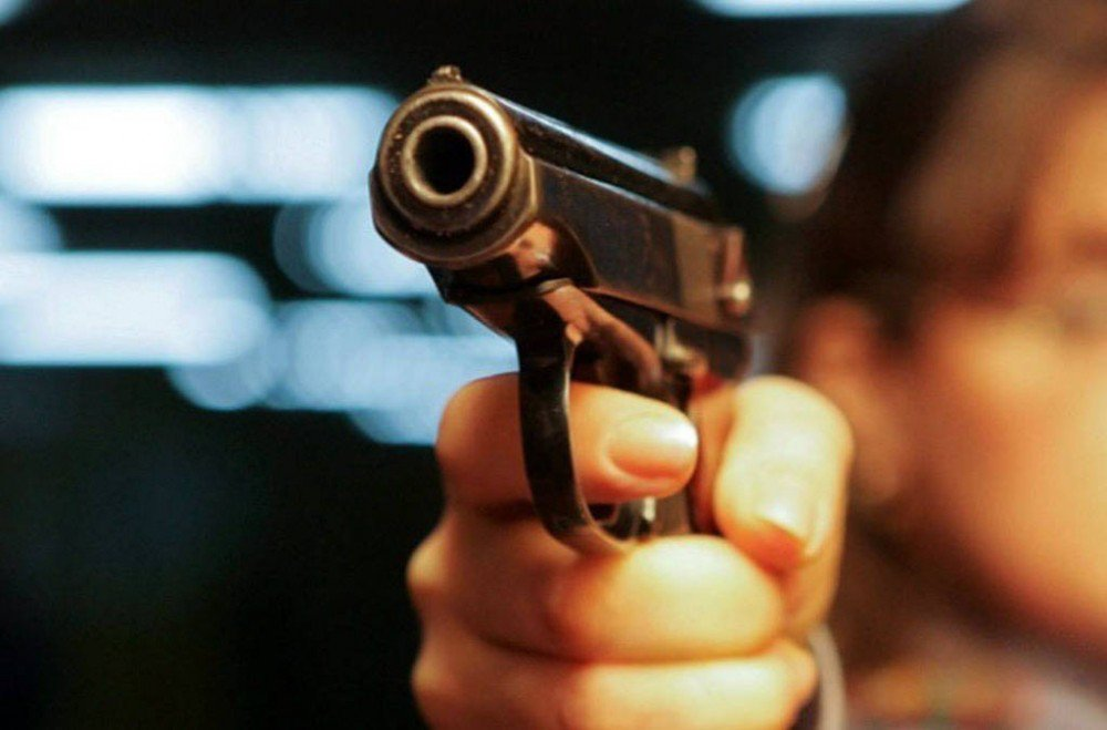 На Оболонской набережной неизвестные подстрелили молодого парня