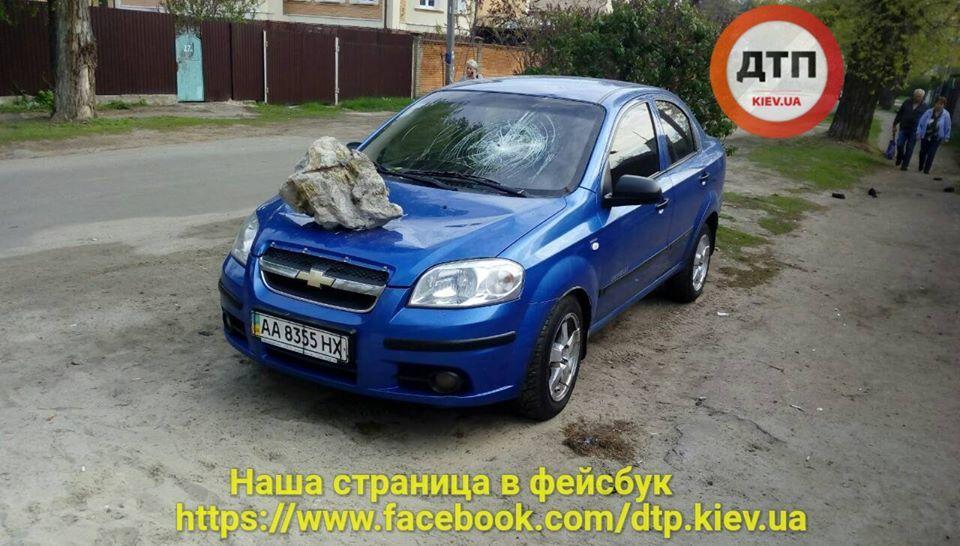 "В Киеве на автомобиль прилетел ""метеорит"""
