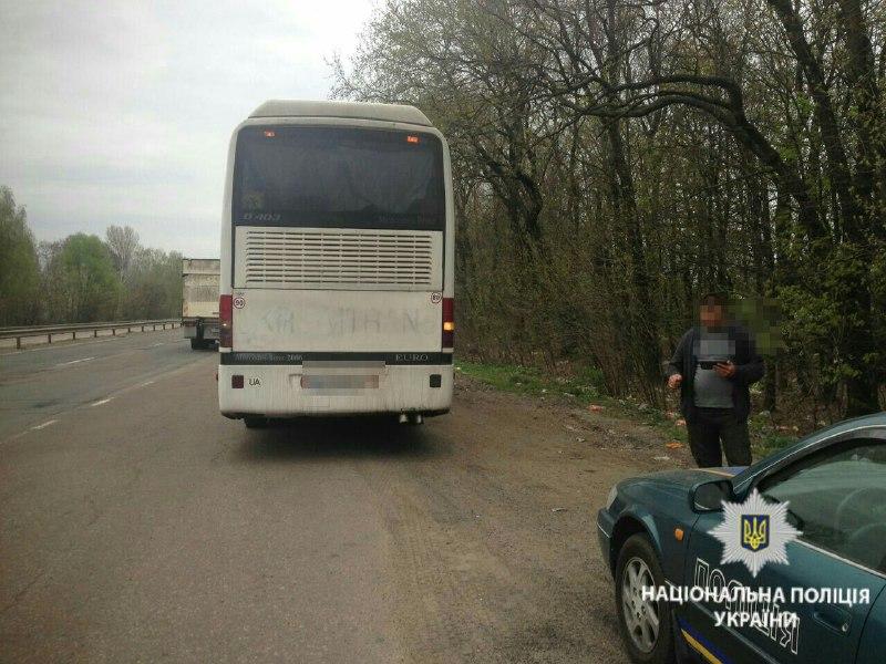 Под Киевом водитель автобуса подверг детей опасности