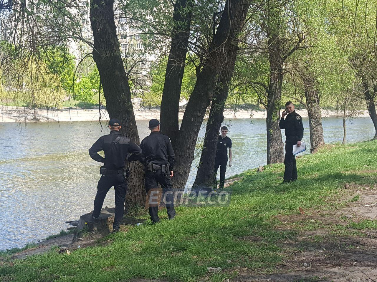 В Киеве студенты выловили из реки труп мужчины