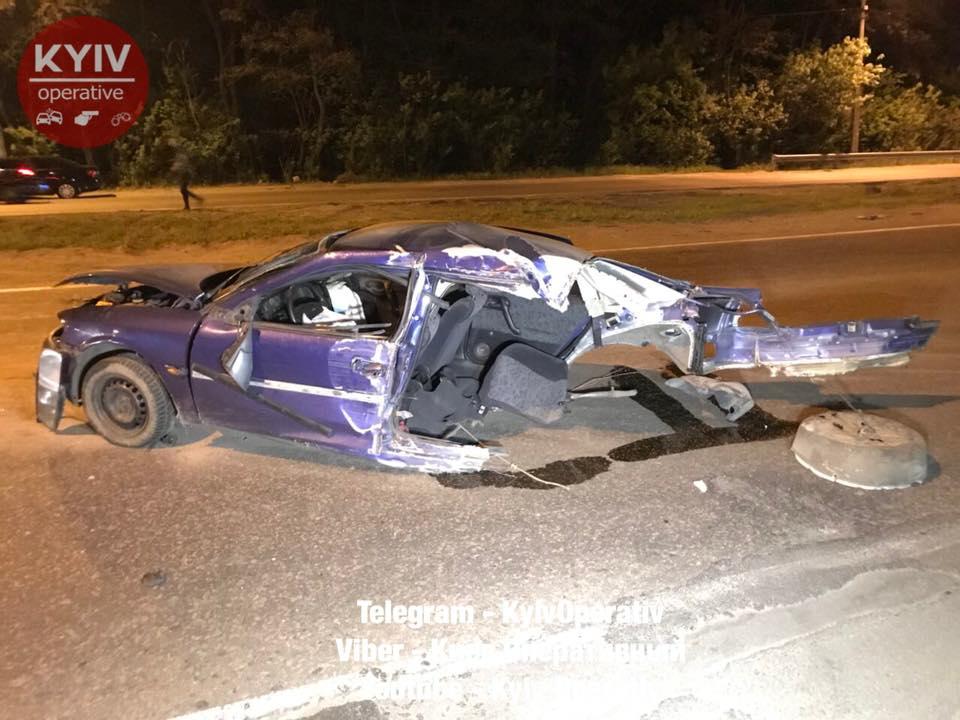 В Киеве автомобиль разорвало на две части, водитель чудом выжил