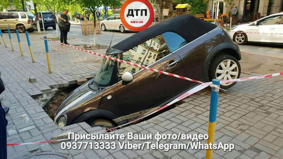 """В центре Киева асфальт """"съел"""" автомобиль"""