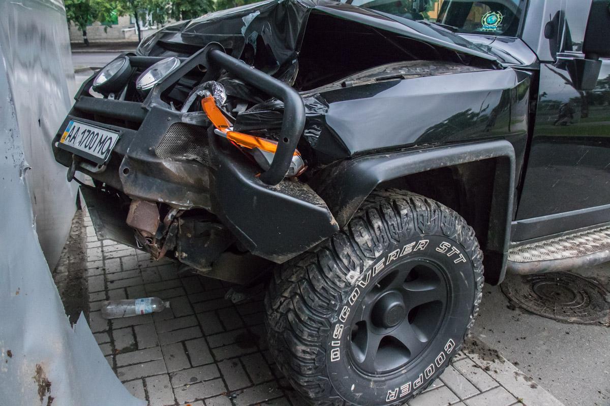 Пьяный водитель врезался в пиццерию и сбежал, бросив жену с детьми