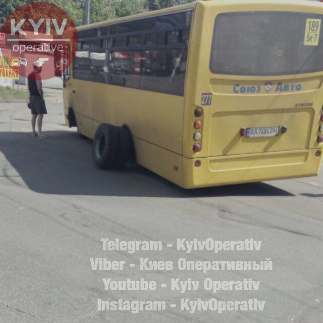 У киевской маршрутки отлетели колеса во время движения