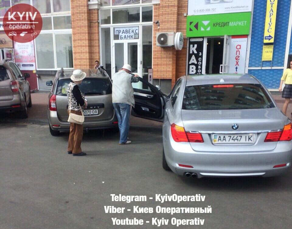 """Киевлянин сломал дверь """"слепому"""" водителю"""