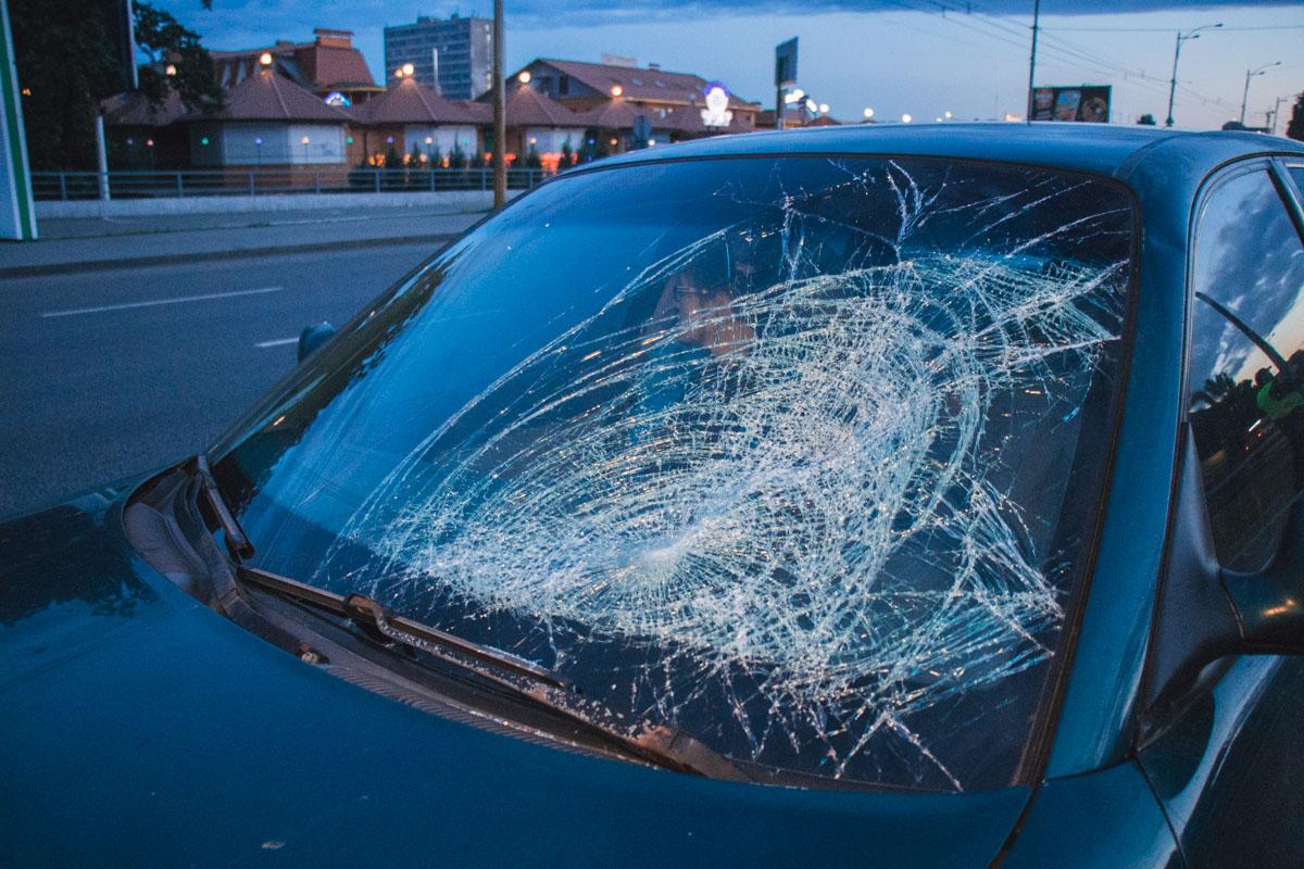 В Киеве на Окружной автомобиль сбил девушку, убегавшую через 10 полос от парня