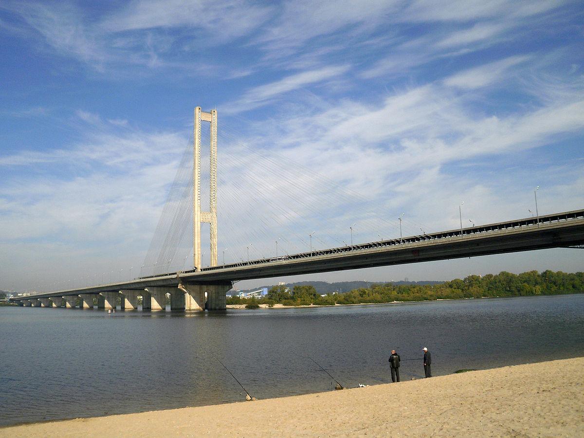 С Южного моста в Киеве упал 30-летний неизвестный мужчина